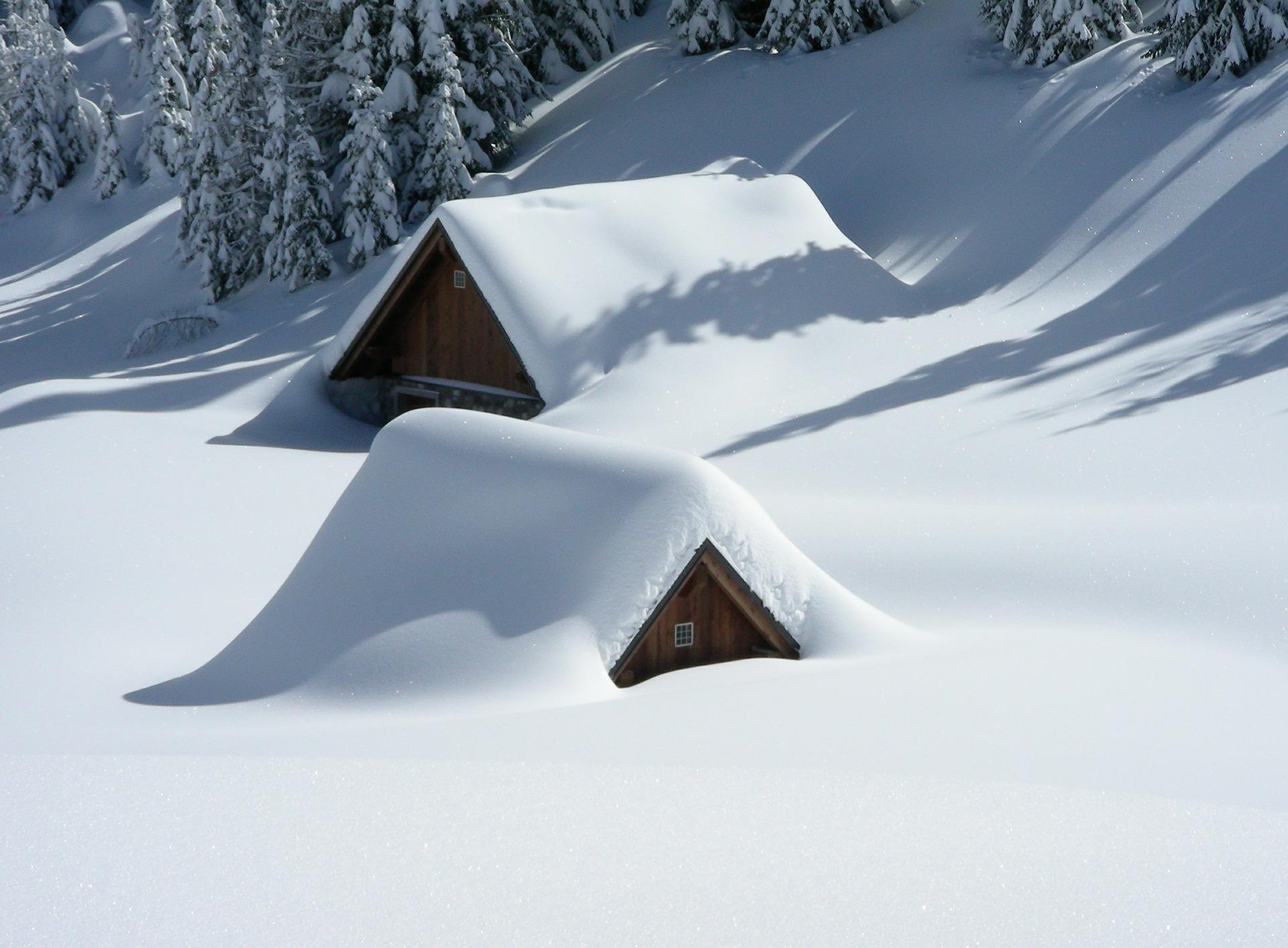 Eingeschneite Häuser Versicherung Winter